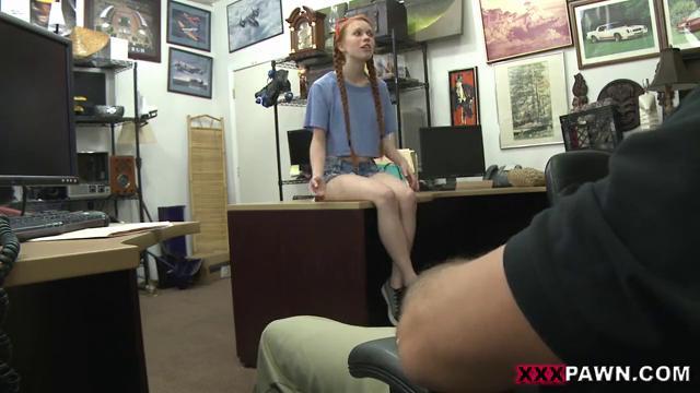 Девушка с косичками садится на член