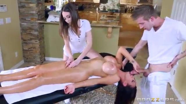 Групповой секс на массажном столе